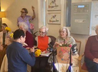 Υπέροχες γιαγιάδες! Δείτε τι κάνουν για τις οικογένειές τους πίσω από το τζάμι (video)
