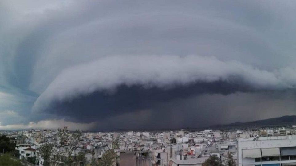 Καιρός: Ισχυρές καταιγίδες πλήττουν αυτή τη στιγμή την Αθήνα – Που θα χτυπήσει τις επόμενες ώρες