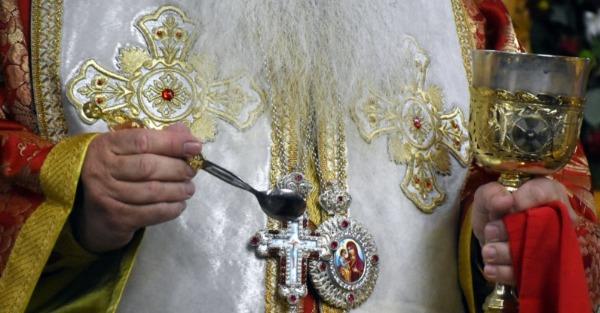 Ναύπακτος: Ιερέας αρνήθηκε να κοινωνήσει 8χρονο κορίτσι επειδή βαφτίστηκε σε άλλη εκκλησία