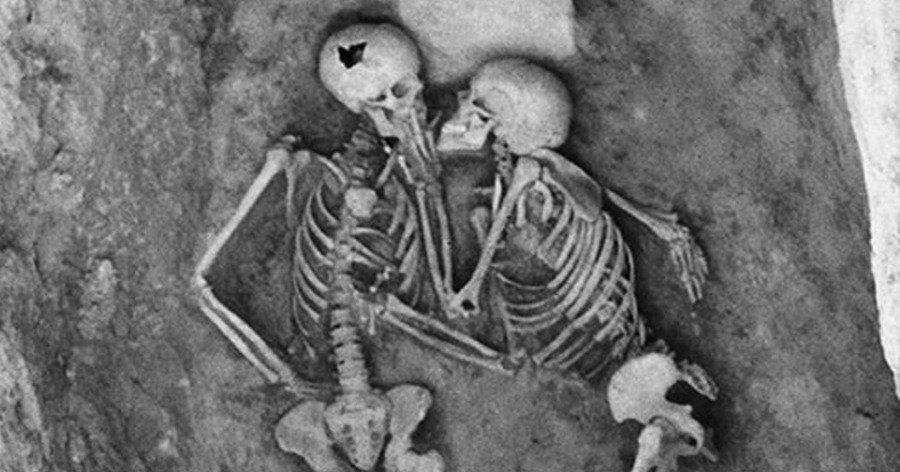 Οι σκελετοί που «πάγωσαν» το φιλί τους πριν 2.800 χρόνια, το άλυτο μυστήριο και η θεωρία ότι ήταν άντρες