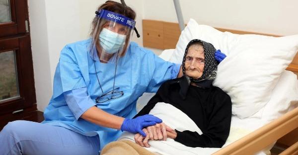 Σούπερ γιαγιά 99 χρονών νίκησε τον κορονοϊό μετά από 3 εβδομάδες νοσηλείας