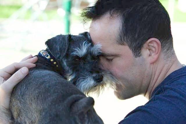 Βίντεο: Ο άνθρωπος ξοδεύει 45.000 $ για επαναστατική χειρουργική επέμβαση για να σώσει τη ζωή του σκύλου του