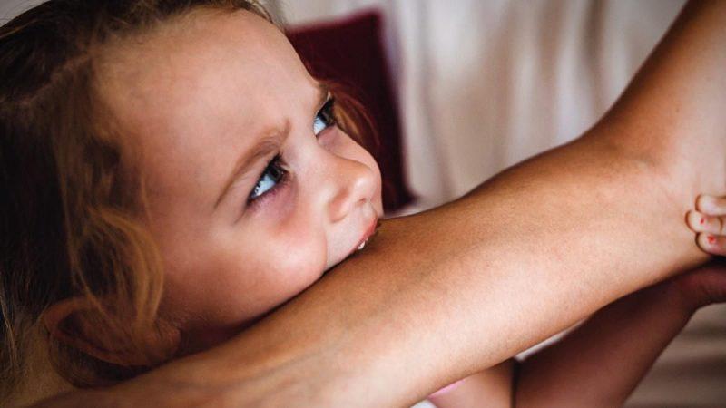 Δάγκωσε τη γιαγιά της που την αγκάλιασε με το ζόρι κι η μαμά της αρνήθηκε να την τιμωρήσει