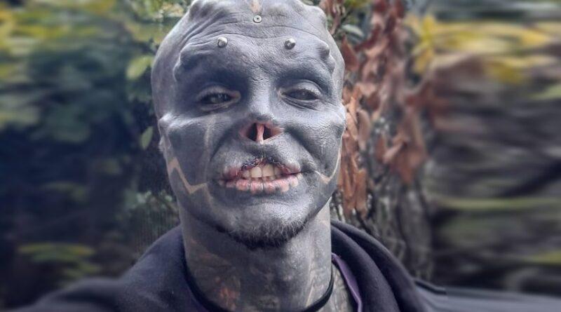 Αντρας γεμάτος τατουάζ έκοψε τη μύτη και το πάνω χείλος για να φαίνεται σαν «μαύρος εξωγήινος»
