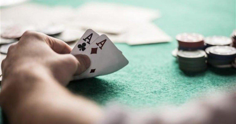 Γνωστός τραγουδιστής εντοπίστηκε να παίζει σε χαρτοπαικτική λέσχη στην Κυψέλη