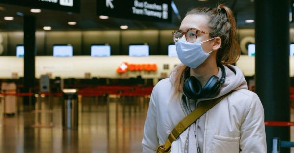 Κορωνοϊός: Το «αξεσουάρ» που φοράμε και μειώνει 2-3 φορές τον κίνδυνο