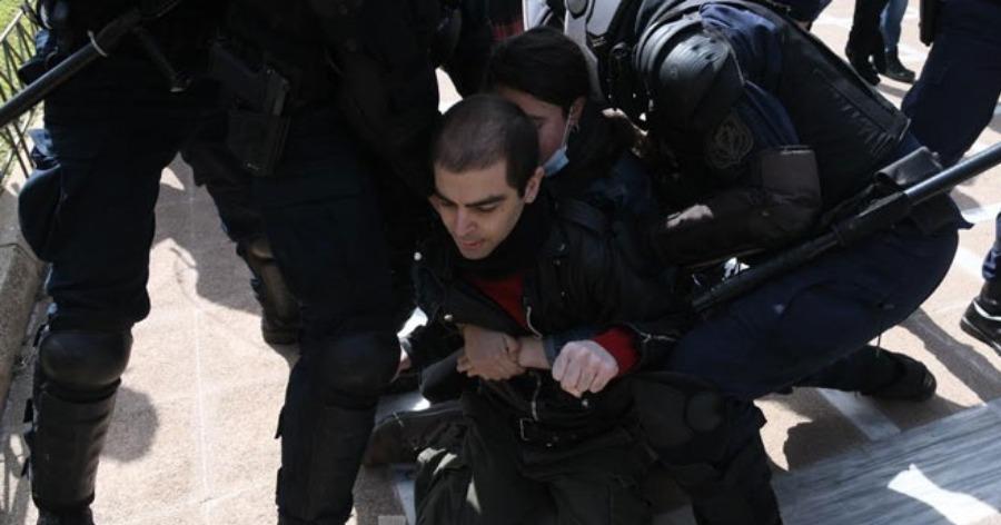 Χειροπέδες στον γιο του Κουφοντίνα στη συγκέντρωση στο κέντρο της Αθήνας
