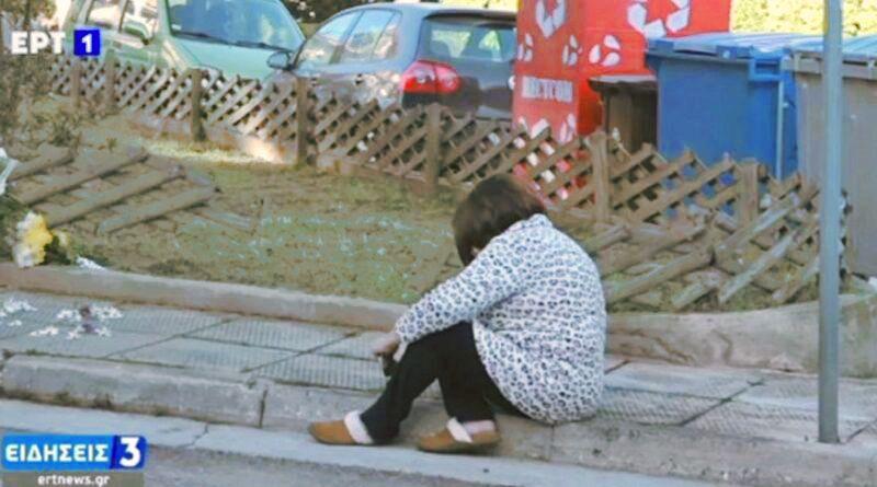 «Λύγισε» η γυναίκα του Γιώργου Καραϊβάζ αφήνοντας λουλούδια στον τόπο της δολοφονίας του