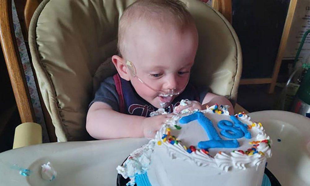 Το πιο πρόωρο μωρό στον κόσμο έγινε ενός έτους και γιόρτασε τα πρώτα του γενέθλια